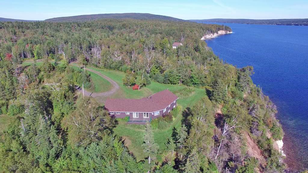 Cape Breton - Bras d`Or Lake - Großes Wohnhaus mit rd. 30 Hektar in exponierter Lage!